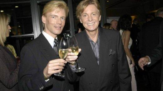 Sänger Jürgen Marcus re GER und Freund Nikolaus trinken ein Gläschen Sekt anlässlich des 60 Geb