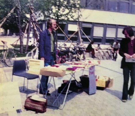 Trikont-Stand mit Achim Bergmann vor der Uni München