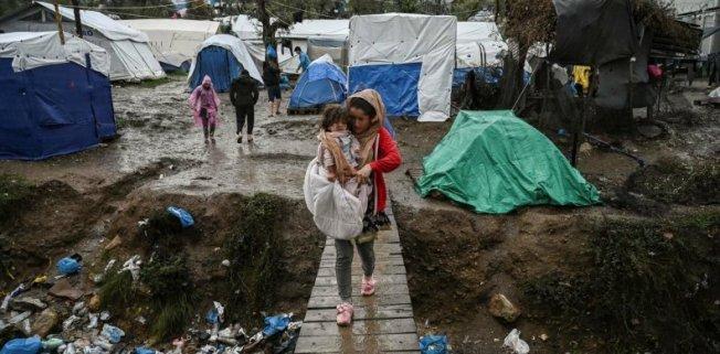 Griechenland-Lesbos-Fluechtlingscamp-Moria-junge-Frau-mit-Kind-auf-Bruecke-26-November-2019